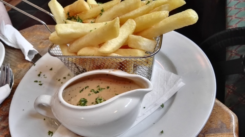 Chips and peppercorn sauce